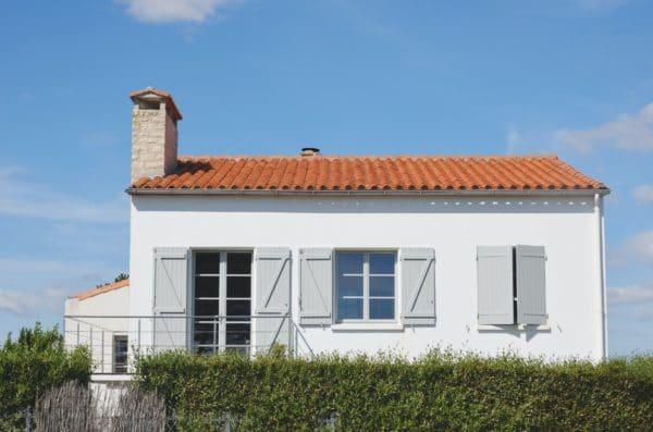 Maison blanche avec un toit en tuile