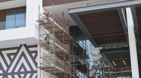 échafaudage sur la façade d'un bâtiment
