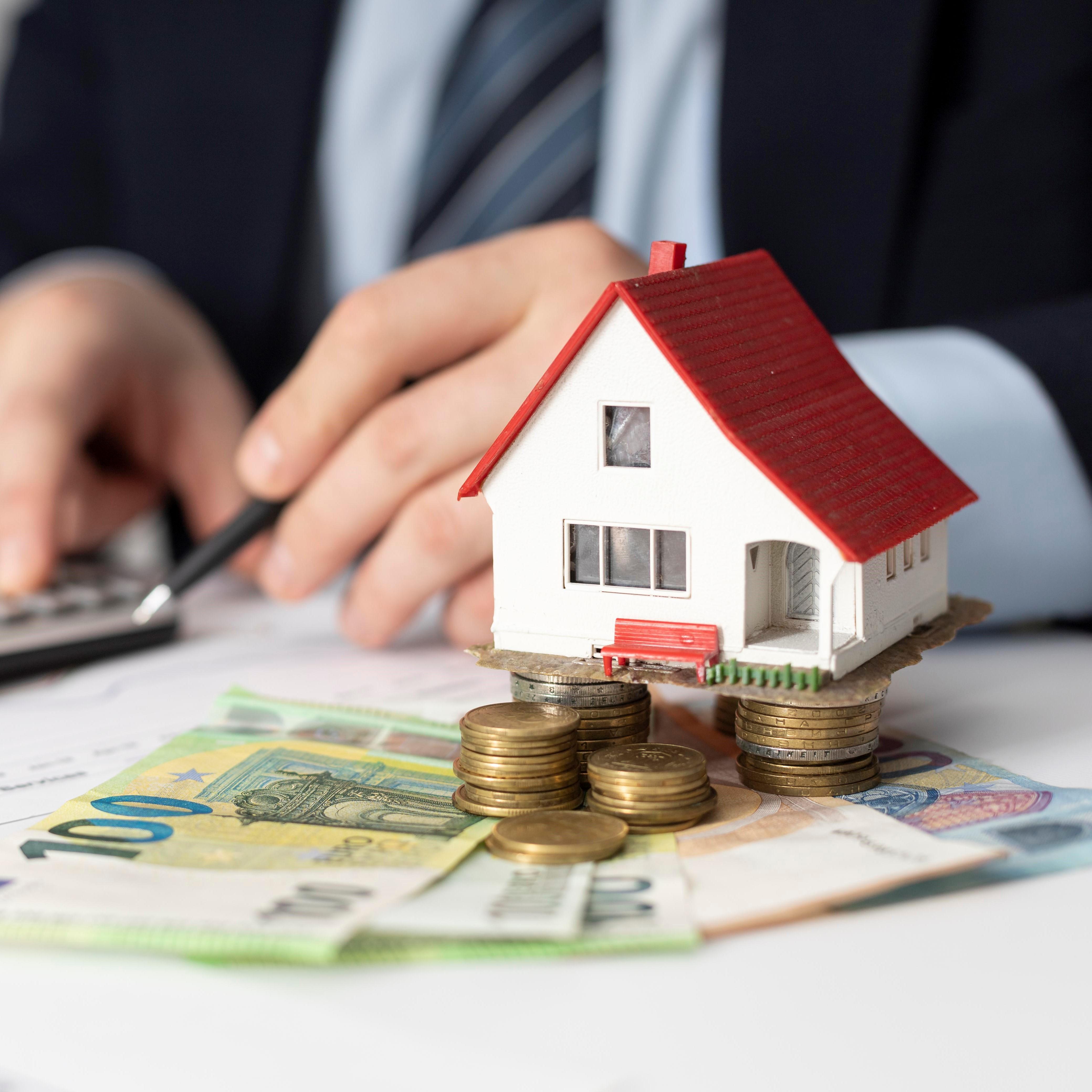 house-investments-elements-arrangement-carre